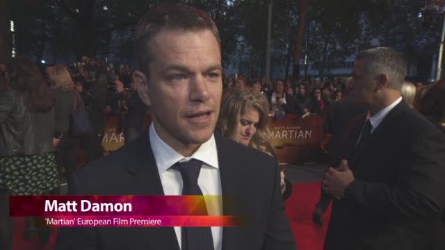 vidéos et rushes de chyron 'the martian' european film premiere at odeon leicester square on september 24 2015 in london england - sean bean