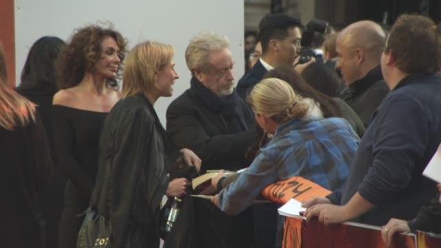 vidéos et rushes de clean 'the martian' european film premiere at odeon leicester square on september 24 2015 in london england - sean bean
