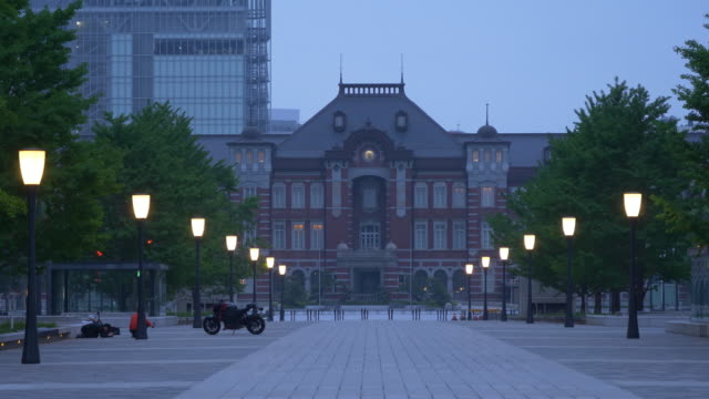 the marunouchi exit of the tokyo station in a cloudy morning - クレーン点の映像素材/bロール