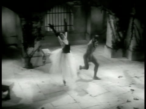 vidéos et rushes de the masked stranger dancing ballet pas de deux w/ in courtyard then dancing around her after she has fainted again - 1952