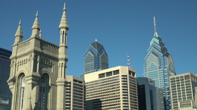 the masonic library & museum and the philadelphia skyline - rathaus von philadelphia stock-videos und b-roll-filmmaterial