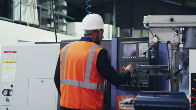 vídeos de stock, filmes e b-roll de o mestre em manutenção mecânica - controle