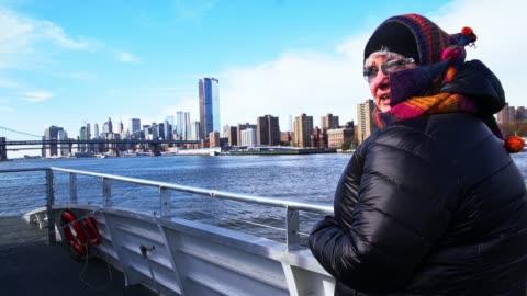 den mogna, 45 år gamla kaukasiska-vit kvinna njuter av en resa på färjan på east river längs manhattan - 45 49 år bildbanksvideor och videomaterial från bakom kulisserna