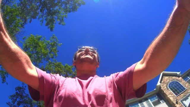 den mogen 45 år man cykla på vägen i skogen - 45 49 år bildbanksvideor och videomaterial från bakom kulisserna
