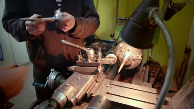 vidéos et rushes de l'homme mûr, âgé de 45 ans, travaillant sur le loquet. - 45 49 years
