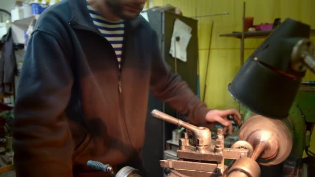 l'uomo maturo di 45 anni che lavora al fermo. - 45 49 years video stock e b–roll
