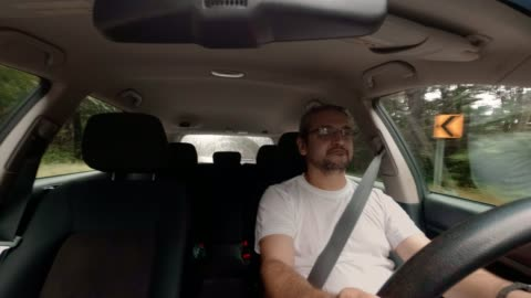 den mogna stiliga 45-åriga kaukasiska man kör bilen - 45 49 år bildbanksvideor och videomaterial från bakom kulisserna