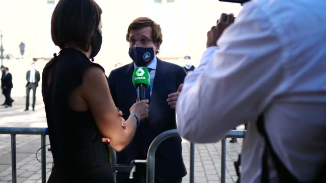 vídeos de stock e filmes b-roll de the mayor of madrid, josé luis martínez- almeida talks with tv journalist ana pastor at the end of the tribute to the victims of the coronavirus at... - politician