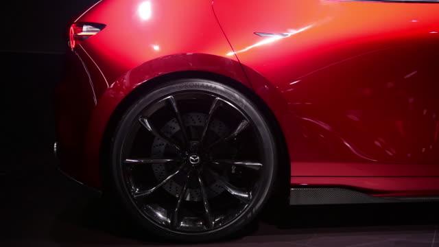 vídeos de stock e filmes b-roll de the mazda motor corp kai concept vehicle seen during the 2018 new york international auto show in new york us on thursday march 29 2018 - grade de radiador