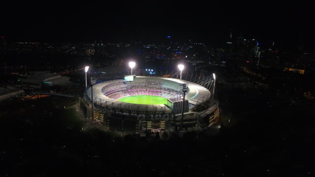 vídeos de stock, filmes e b-roll de the mcg from above at night - estádio