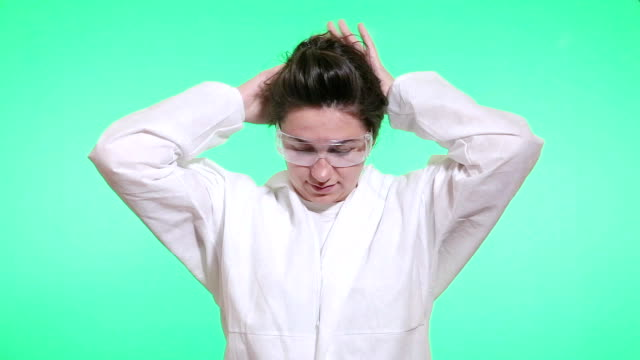 the medical worker puts a surgical hat on her hair. - camice da laboratorio video stock e b–roll