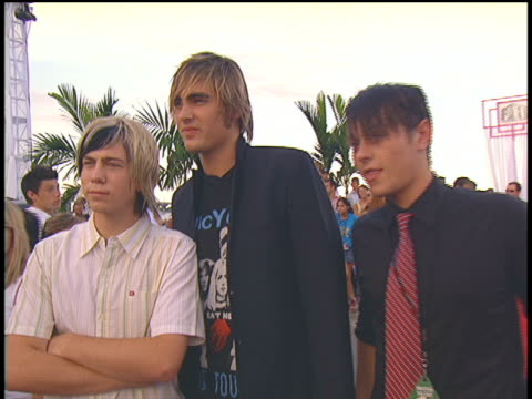 stockvideo's en b-roll-footage met the members of busted arriving to the 2004 mtv video music awards red carpet. - 2004
