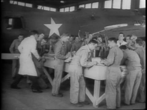vidéos et rushes de the men who make martin mars bombers honor two pilots who sank 11 japanese ships / a crowd gathers in baltimore / bombers fly overhead, and on tarmac... - maryland état