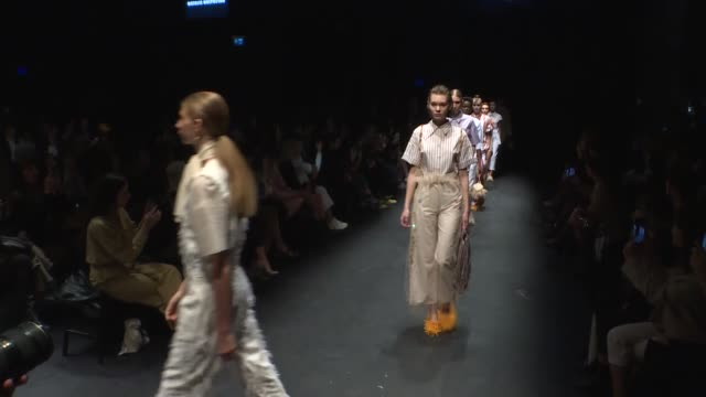 stockvideo's en b-roll-footage met the mercedesbenz istanbul fashion week kicks off at zorlu performance hall on october 08 2019 in istanbul turkey models are seen backstage and walk... - modeweek