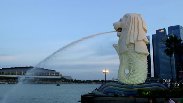 the merlion fountain at marina bay - merlion fictional character stock videos and b-roll footage