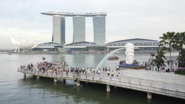 the merlion statue with the marina bay sands in the background, marina bay, singapore, south east asia - marina bay sands stock videos and b-roll footage