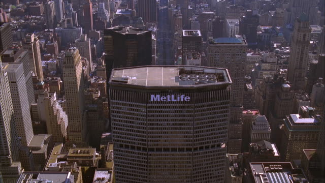 stockvideo's en b-roll-footage met the metlife building overlooks downtown manhattan. available in hd. - metlife building