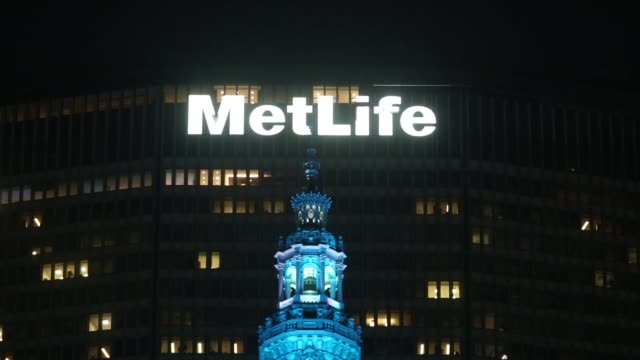 stockvideo's en b-roll-footage met the metlife inc headquarters building stands behind the helmsley building in new york, u.s, on monday, may 02, 2016 shots: wide pan left of city with... - metlife building
