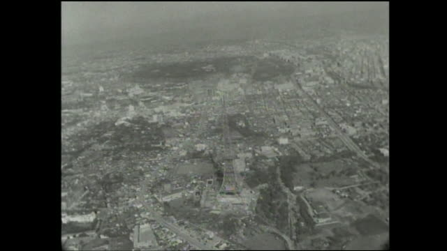 the metropolis of tokyo surrounds the tokyo tower which is under construction. - 1950~1959年点の映像素材/bロール