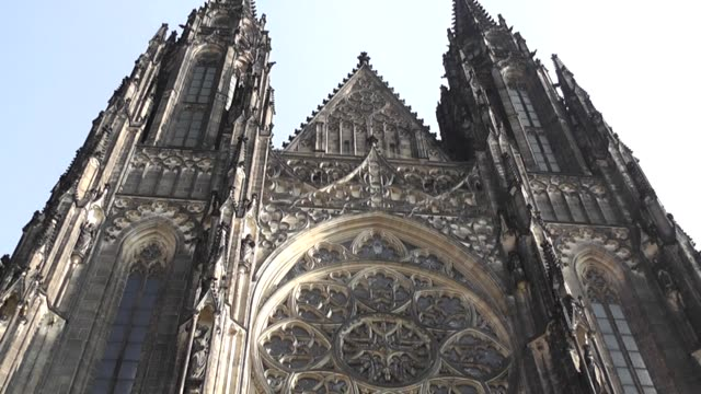 vidéos et rushes de the metropolitan cathedral of saints vitus wenceslaus and adalbert is a roman catholic metropolitan cathedral in prague the seat of the archbishop of... - cathédrale
