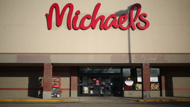 stockvideo's en b-roll-footage met the michaels companies inc is scheduled to release earnings figures on march 17 michaels arts and crafts retail store in louisville kentucky us on... - informatiebord