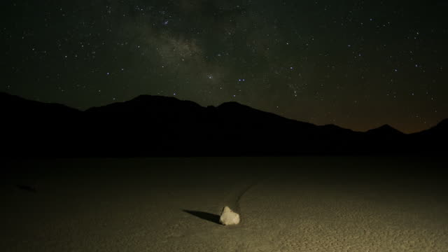 vidéos et rushes de the milky way galaxy moves over the silhouette of a mountain in a california desert. - dépression terrestre