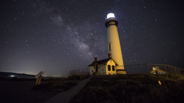vídeos de stock, filmes e b-roll de the milky way over pigeon point lighthouse - farol estrutura construída