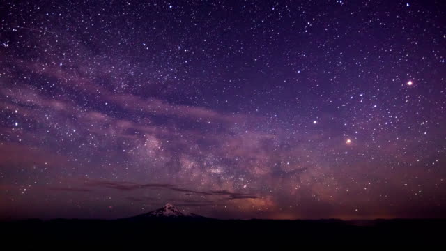 vídeos de stock e filmes b-roll de the milky way rises over mt hood oregon - astronomia