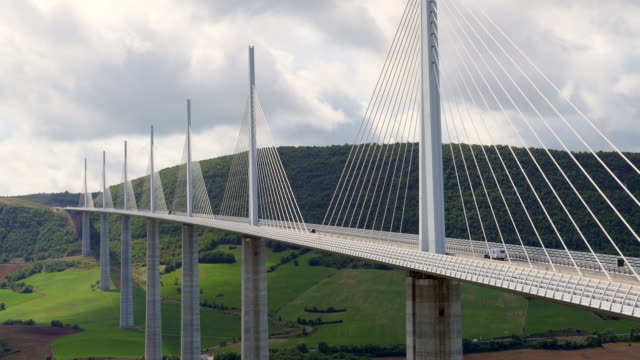vídeos de stock e filmes b-roll de the millau viaduct, millau-creissels, france - tempo real