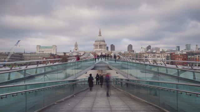 vídeos de stock e filmes b-roll de the millenium bridge in london, england. - ponte
