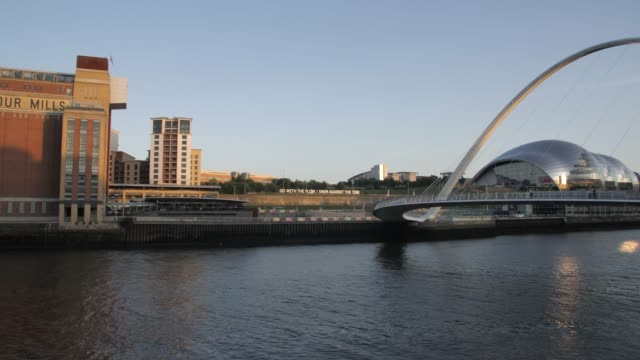 the millennium bridge, tyne bridge and sage gateshead arts centre, gateshead, newcastle-upon-tyne, tyne and wear, england - newcastle upon tyne stock-videos und b-roll-filmmaterial