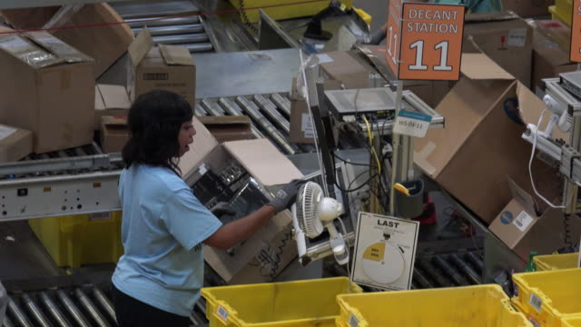 the million-square-foot chattanooga fulfillment center, which employs thousands, opened in 2012. it handles small items such as books, dvds and... - gafam stock-videos und b-roll-filmmaterial