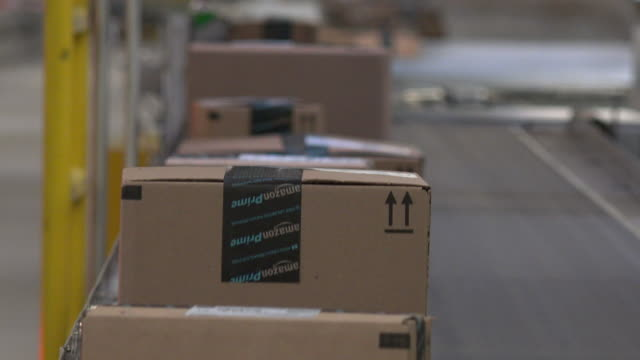 vidéos et rushes de the millionsquarefoot chattanooga fulfillment center which employs thousands opened in 2012 it handles small items such as books dvds and kitchen... - commerce électronique