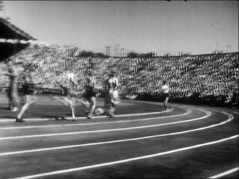 'the miracle mile' roger bannister passes john landy in the final 200 yards to win the mile at the 1954 british empire and commonwealth games and set... - 1954 bildbanksvideor och videomaterial från bakom kulisserna