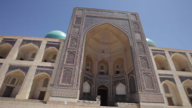 the mir-i arab madrassah, the kalyan mosque (maedjid-i kalyan) and the kalyan minaret in bukhara, uzbekistan - arco architettura video stock e b–roll