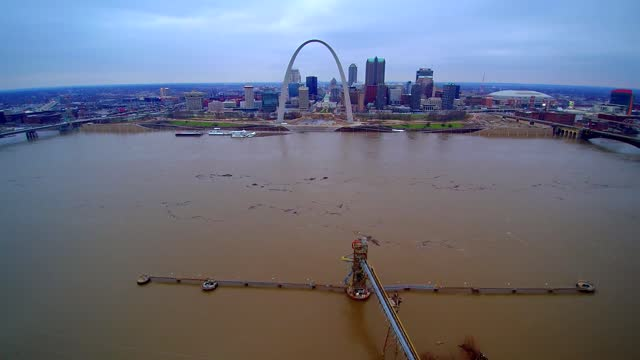 the mississippi river and its tributaries are flooding parts of the midwest as 2015 draws to a close. records have been set in some locations, while... - jefferson national expansion memorial park bildbanksvideor och videomaterial från bakom kulisserna
