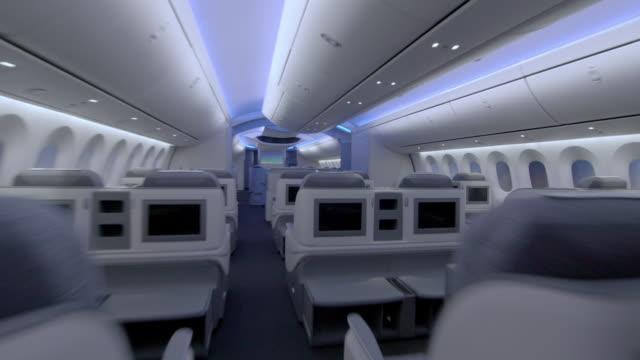 vidéos et rushes de the modern interior of a boeing dreamliner - première classe