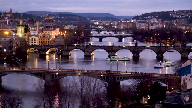vídeos de stock e filmes b-roll de the moldau river flows under bridges including the charles bridge in the city center at twilight on december 25 2018 in prague czech republic prague... - praga boémia