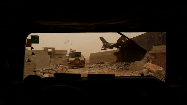 vídeos de stock, filmes e b-roll de the moment the iraqi army entered the city limits of mosul for the first time since islamic state occupied the area - à prova de balas