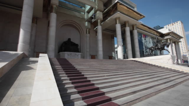 vídeos de stock e filmes b-roll de the mongolian parliament building and the statue of chinggis khaan in ulan bator - ulan bator