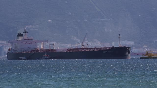 the monte toledo oil tanker delivers a consignment of iranian oil to an offshore pumping station at the cia. espanola de petroleos sa refinery near... - combustibile fossile video stock e b–roll