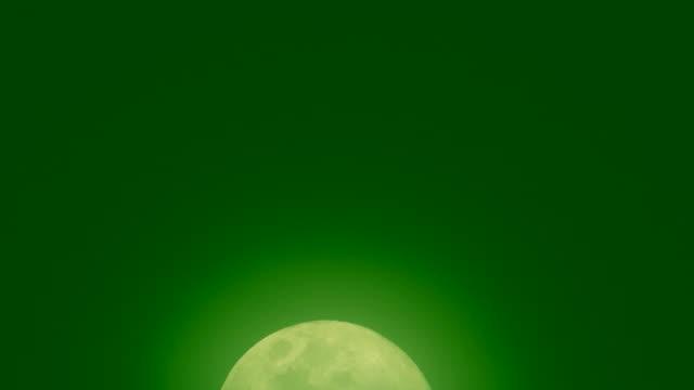 vídeos y material grabado en eventos de stock de la luna en el cielo verde oscuro. - astrología