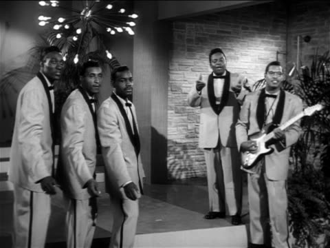 "b/w 1956 the moonglows performing ""over + over again"" on small stage / feature - dreiviertelansicht stock-videos und b-roll-filmmaterial"