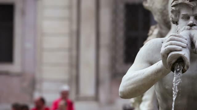 stockvideo's en b-roll-footage met the moro fountain masterpiece in rome - standbeeld