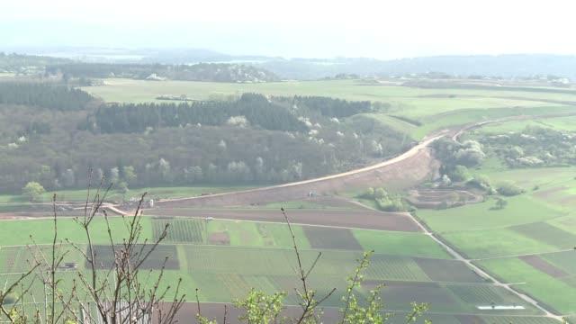 the mosel valley in western germany is famed for its verdant valleys and riesling wines urzig rheinlandpfalz germany - rheinland pfalz stock-videos und b-roll-filmmaterial