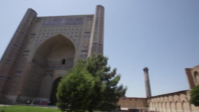 vídeos de stock, filmes e b-roll de the mosque bibi-khanym, one of the most important monuments of samarkand, uzbekistan - madressa