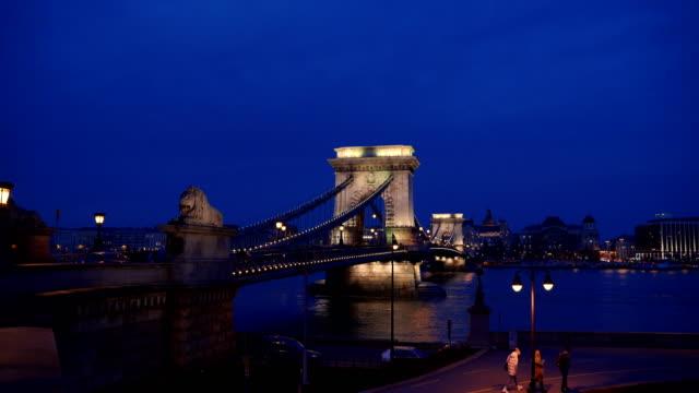 vídeos de stock e filmes b-roll de the most beautiful bridge in europe-chain bridge - ponte széchenyi lánchíd