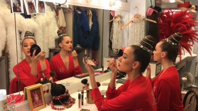vidéos et rushes de the moulin rouge celebrates its 130 anniversary. british dancer anna and australian dancer courtney applying make-up in the backstage prior a show at... - anniversaire d'un évènement