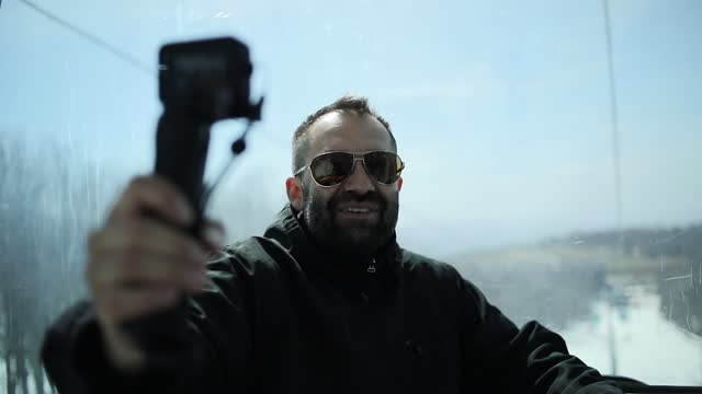 登山家はスキーセンターの山でケーブルカーに乗ります。 - 中年の男性一人点の映像素材/bロール