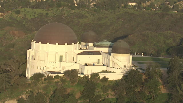 the mountains around los angeles feature the famous griffith observatory. - griffith observatory stock videos & royalty-free footage